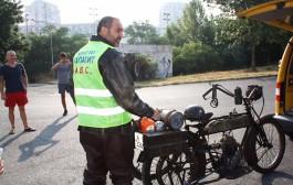 Бургазлия тръгна с ретро мотоциклет през България. Вижте защо