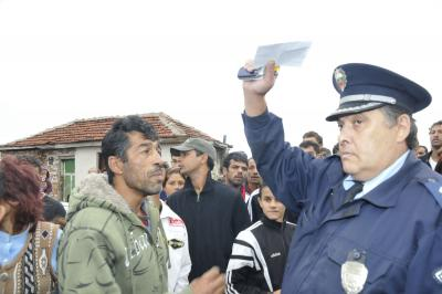 Задържаха циганина, който счупи с керемида носа на полицай по Коледа