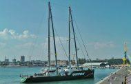 Ветроходният кораб на Грийнпийс акостира в Бургас /видео/
