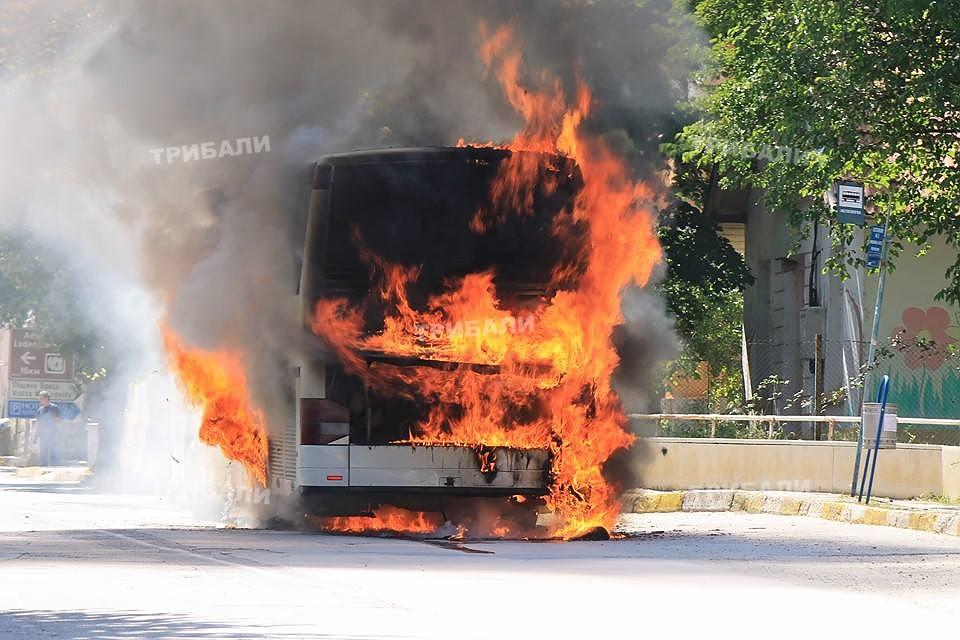 Автобус с работници се запали в Ришкия проход