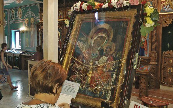 Донесоха чудотворна светиня за първи път в Бургас! Стотици я целунаха /ВИДЕО/
