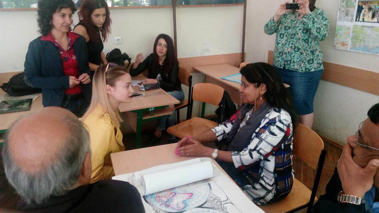 Индийският посланик влезе в час по геодезия в Строителния техникум в Бургас
