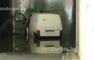 Поройният дъжд в Бургас наводни подземната улица, микробус закъса/снимки/