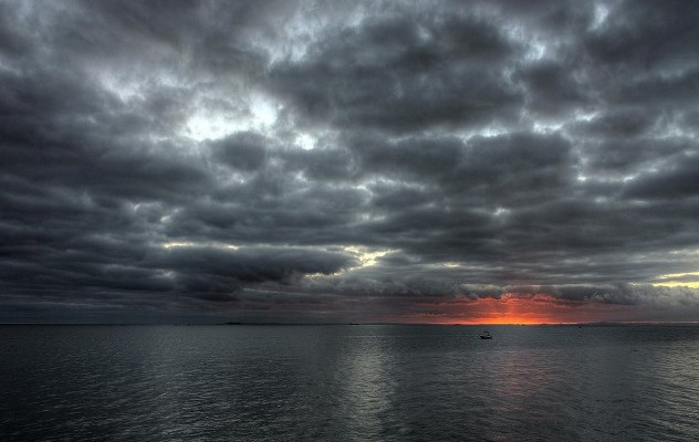 Облаци и градушки в страната. Край Бургас - слънчево