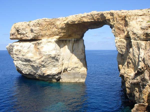 """Вълни унищожиха """"Синия прозорец"""" в Малта"""