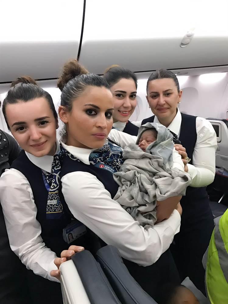 Стюардеси изродиха бебе на 13 000 метра височина