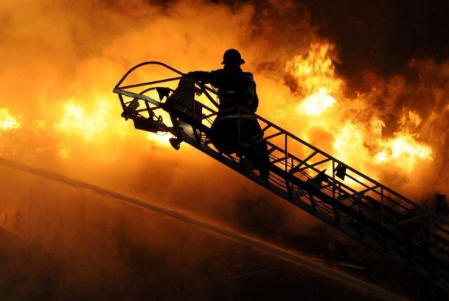 Двама обгазени при пожар в