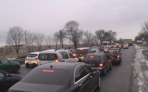 Вижте огромното задръстване на изхода на Бургас заради затворената магистрала (видео)