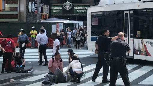 Кола се вряза в пешеходци, Ню Йорк